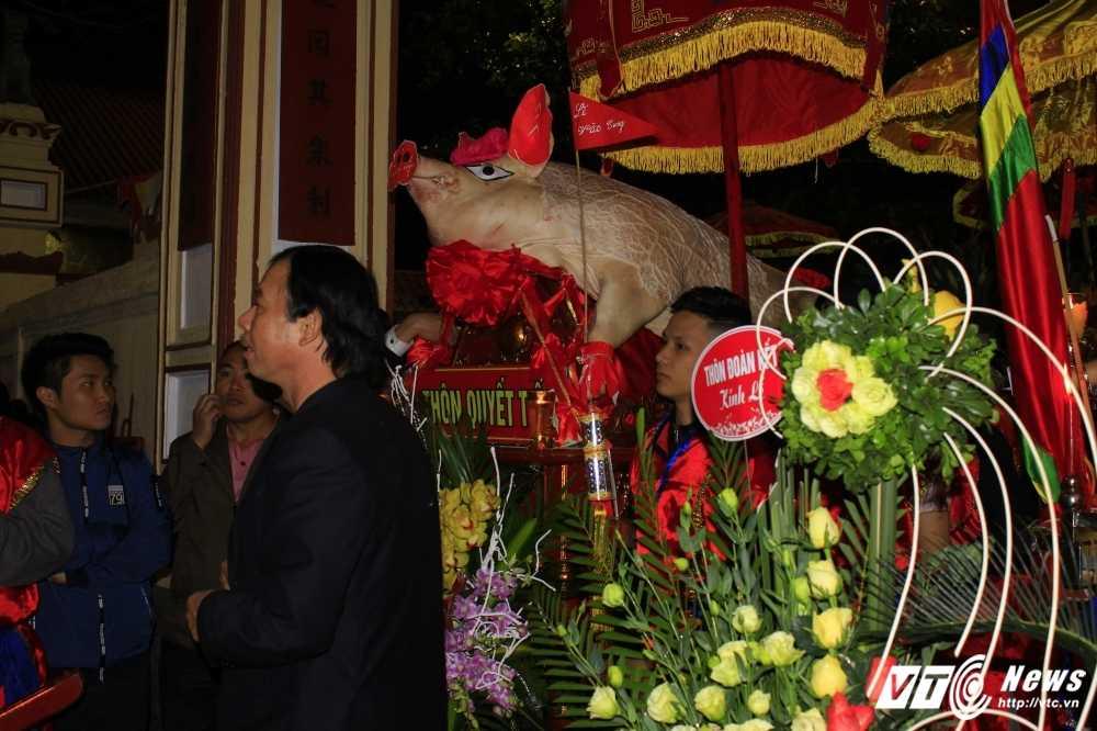 Anh: 'Ong lon' mac 'ao choang' mo mang duoc ruoc khap lang La Phu hinh anh 9