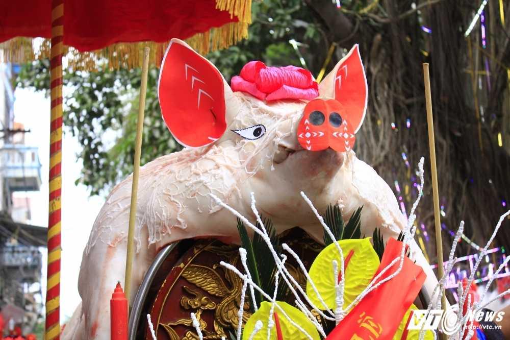 Anh: 'Ong lon' mac 'ao choang' mo mang duoc ruoc khap lang La Phu hinh anh 4