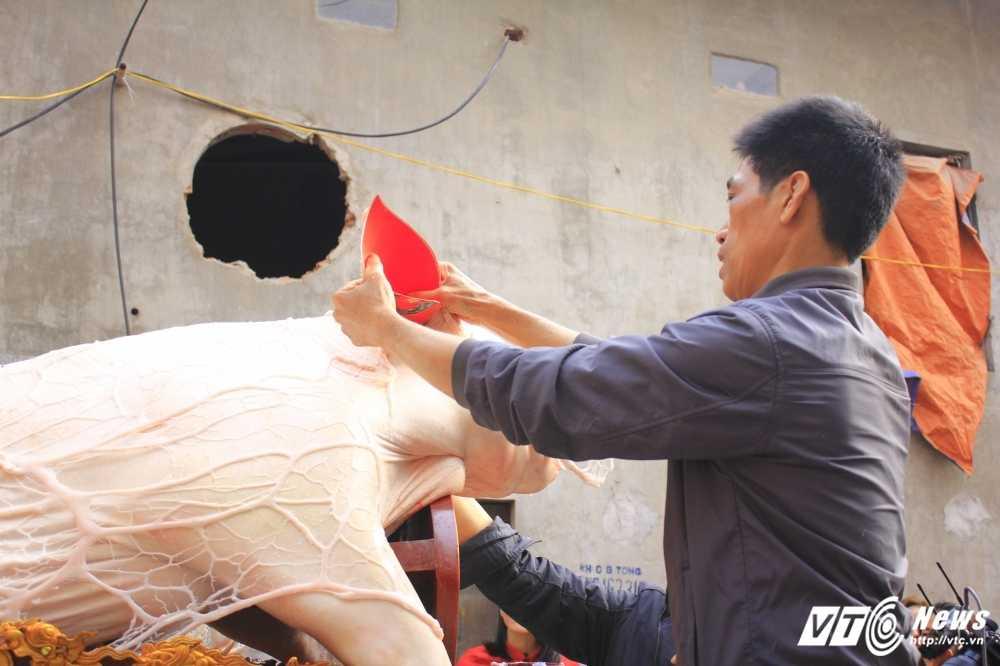 Anh: 'Ong lon' mac 'ao choang' mo mang duoc ruoc khap lang La Phu hinh anh 3