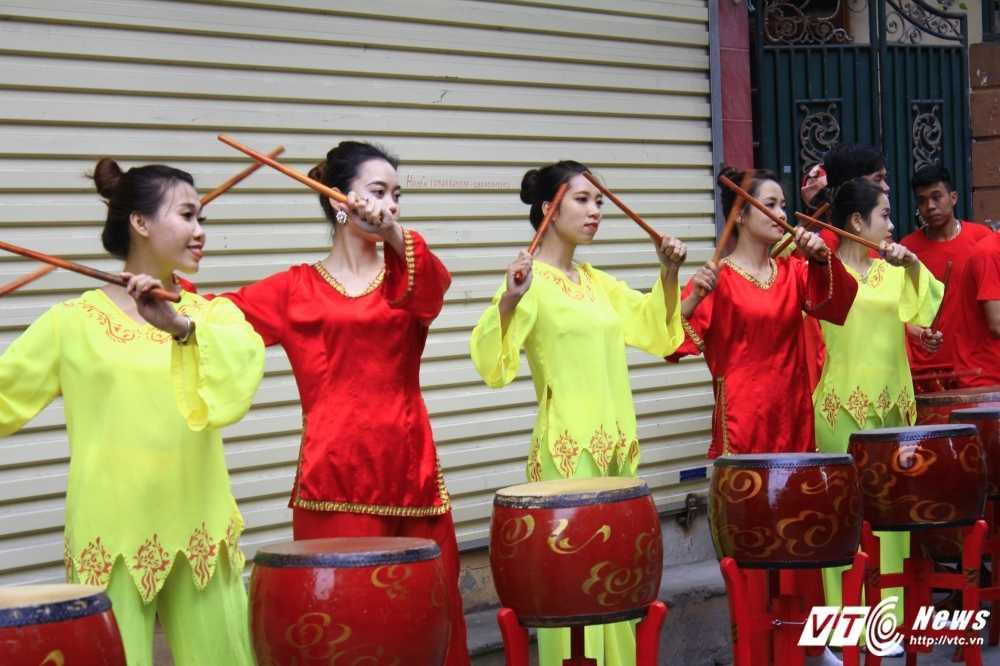 Anh: 'Ong lon' mac 'ao choang' mo mang duoc ruoc khap lang La Phu hinh anh 7