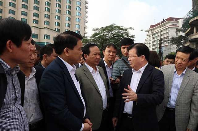 Chu tich Ha Noi: Phai thu hoi hang trieu o to, xe may 'qua dat' hinh anh 1