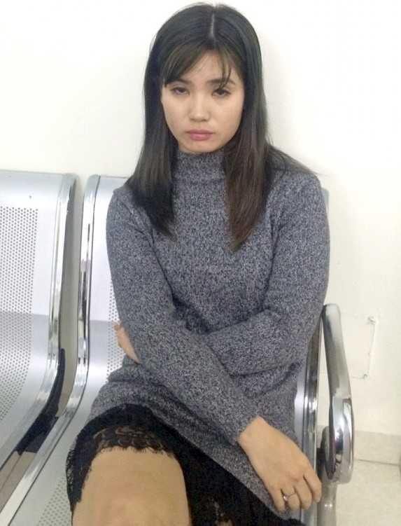 Hot girl 9X mang thuoc lac len bar 'dung' ngay canh sat co dong hinh anh 1