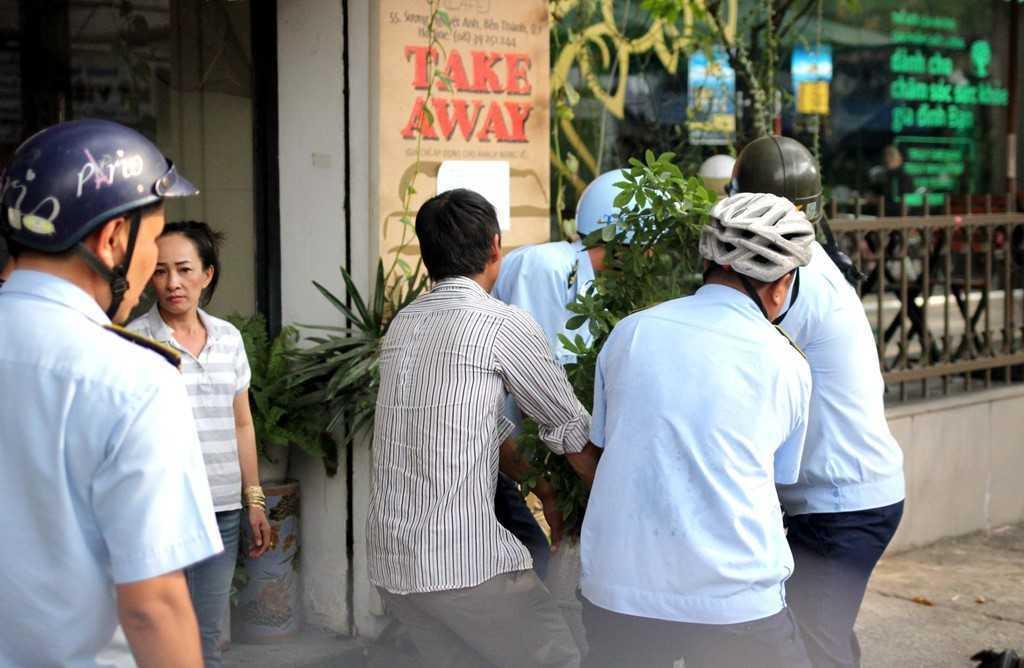 Dep 'cuop' via he o TP.HCM: Chu tich phuong Ben Thanh go cua nhac nho tung ho dan lan chiem hinh anh 5