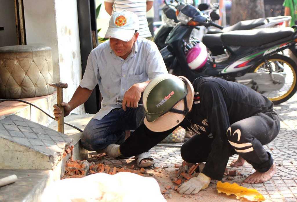 Dep 'cuop' via he o TP.HCM: Chu tich phuong Ben Thanh go cua nhac nho tung ho dan lan chiem hinh anh 6