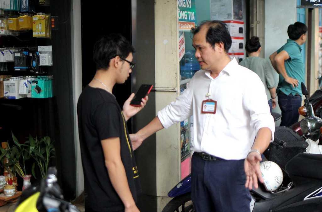 Dep 'cuop' via he o TP.HCM: Chu tich phuong Ben Thanh go cua nhac nho tung ho dan lan chiem hinh anh 4