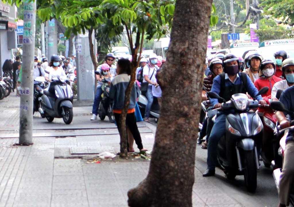 Dep 'cuop' via he o TP.HCM: Chu tich phuong Ben Thanh go cua nhac nho tung ho dan lan chiem hinh anh 8