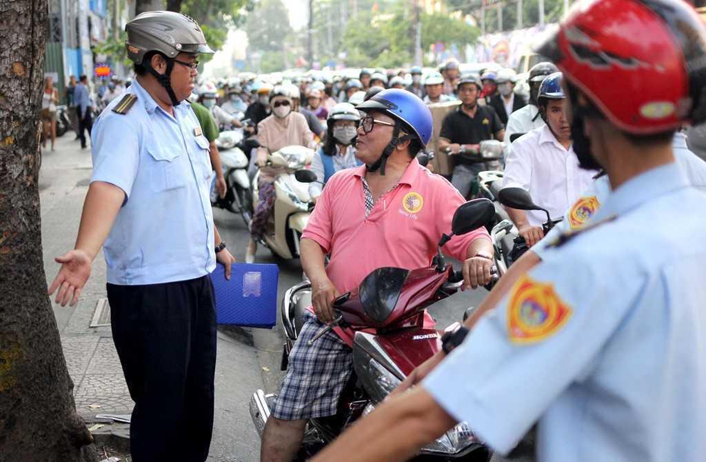 Dep 'cuop' via he o TP.HCM: Chu tich phuong Ben Thanh go cua nhac nho tung ho dan lan chiem hinh anh 9
