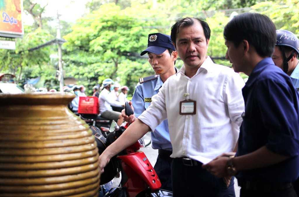 Dep 'cuop' via he o TP.HCM: Chu tich phuong Ben Thanh go cua nhac nho tung ho dan lan chiem hinh anh 2