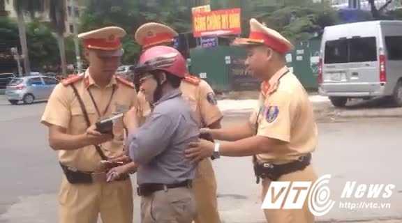 Video: 'Ma men' bo lai xe may, khong cho CSGT thoi nong do con hinh anh 1