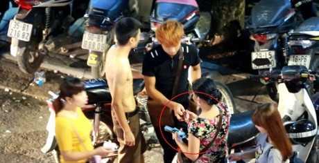 Gui xe o pho di bo Ho Guom, dan bi 'chat chem' gia cat co hinh anh 3
