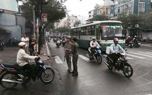 Nan nhan bi chem gan lia tay khi dang chay xe o Sai Gon tung lam phat hanh bao hinh anh 1