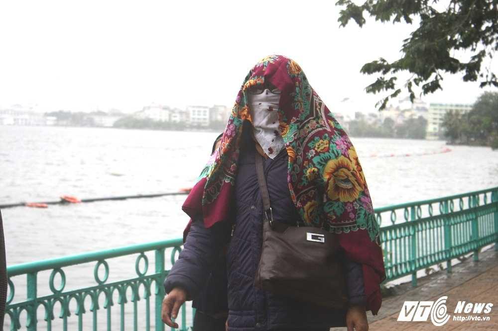 Anh: Dan Thu do trum kin ra duong trong mua phun, gio ret hinh anh 10