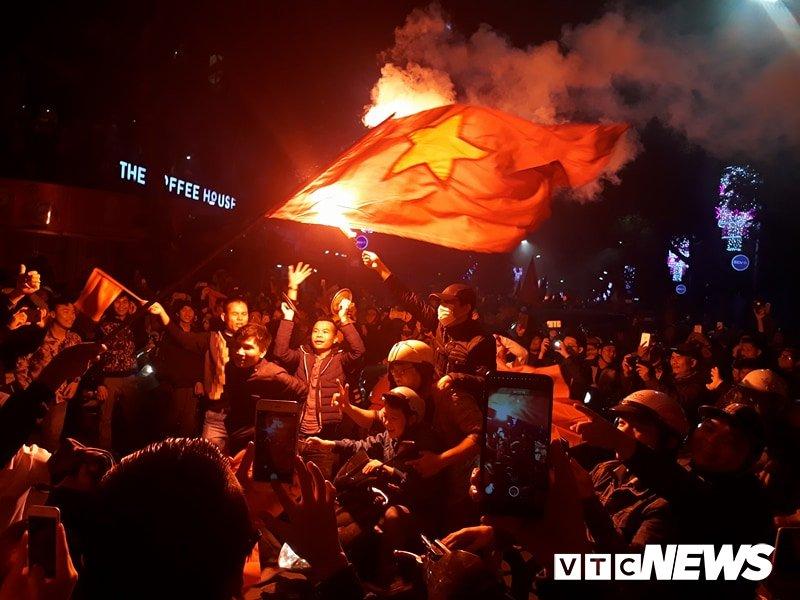 Anh: Nhung pha an mung 'ba dao' cua nguoi ham mo mung chien thang U23 Viet Nam hinh anh 2