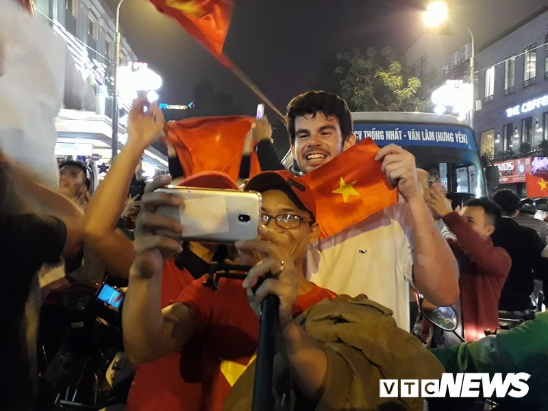 Hang ngan nguoi do ra duong mung U23 Viet Nam vao ban ket U23 chau A 2018 hinh anh 11