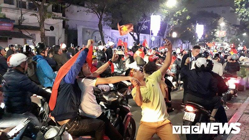 Anh: Nhung pha an mung 'ba dao' cua nguoi ham mo mung chien thang U23 Viet Nam hinh anh 5