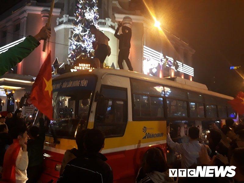 Anh: Nhung pha an mung 'ba dao' cua nguoi ham mo mung chien thang U23 Viet Nam hinh anh 4
