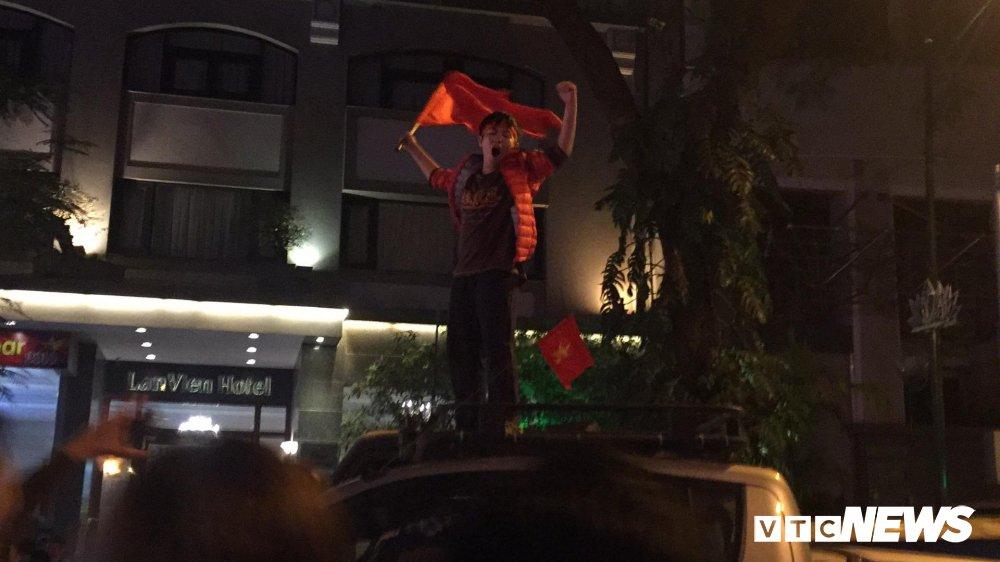 Anh: Nhung pha an mung 'ba dao' cua nguoi ham mo mung chien thang U23 Viet Nam hinh anh 7