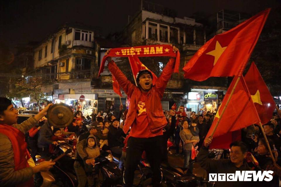 Dan Sai Gon trang dem mung chien thang cua U23 Viet Nam hinh anh 4