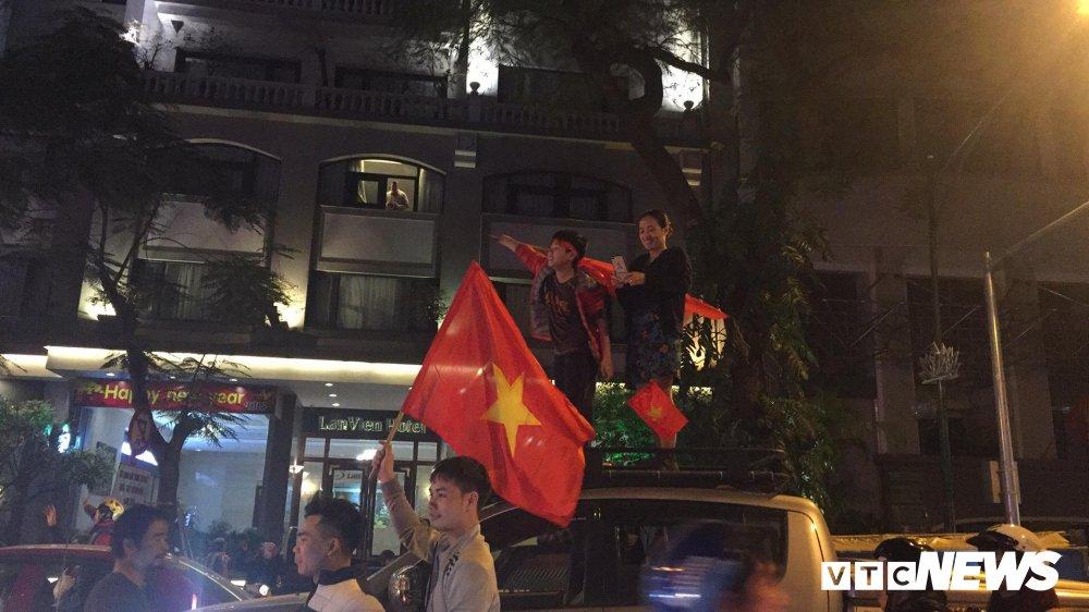 Anh: Nhung pha an mung 'ba dao' cua nguoi ham mo mung chien thang U23 Viet Nam hinh anh 9
