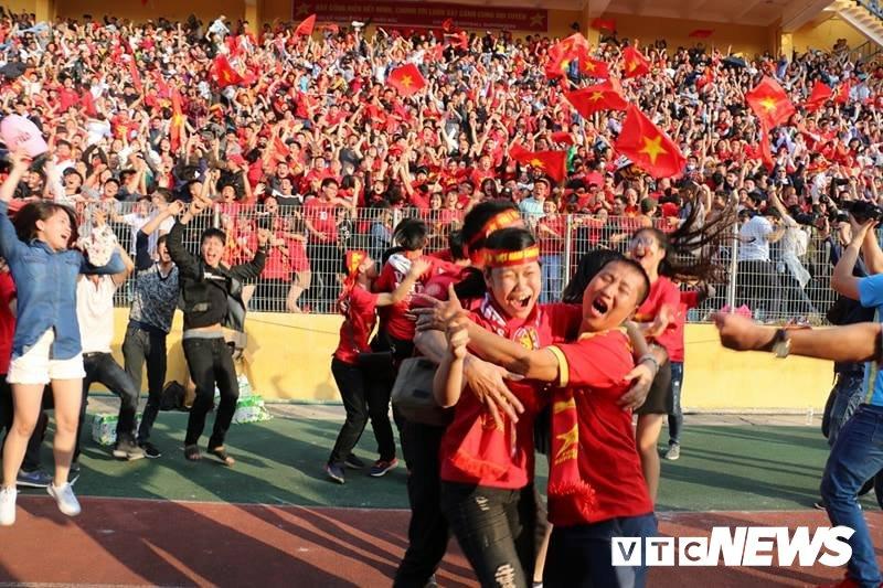 Anh: Nguoi ham mo vo oa khi U23 Viet Nam ghi ban go hoa 2-2 hinh anh 5