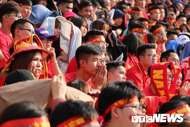 Anh: Rung nguoi 'ruc lua' trong san van dong Hang Day co vu U23 Viet Nam hinh anh 13