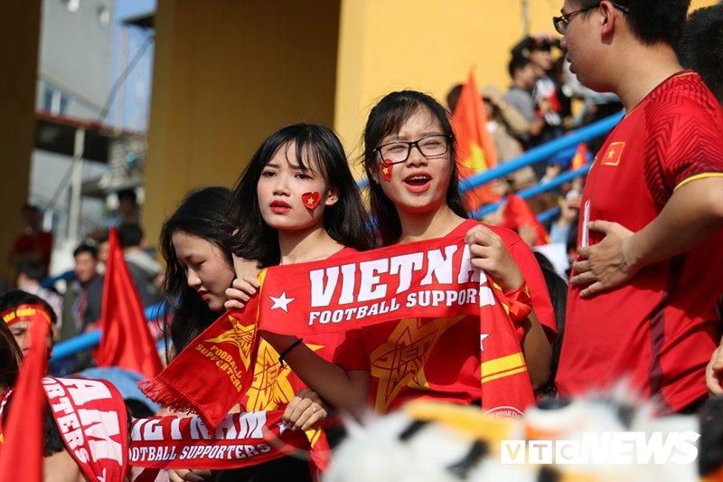 Anh: Rung nguoi 'ruc lua' trong san van dong Hang Day co vu U23 Viet Nam hinh anh 2