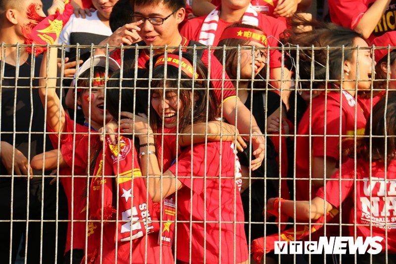 Anh: Nguoi ham mo vo oa khi U23 Viet Nam ghi ban go hoa 2-2 hinh anh 3