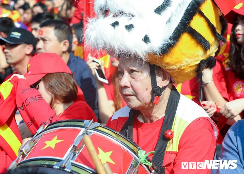 Anh: Rung nguoi 'ruc lua' trong san van dong Hang Day co vu U23 Viet Nam hinh anh 5