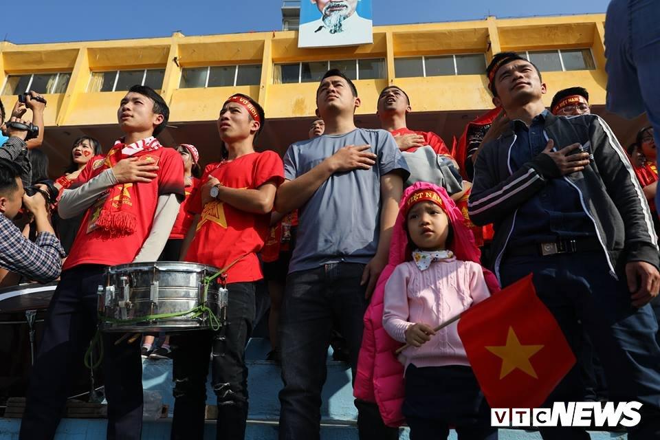 Anh: Rung nguoi 'ruc lua' trong san van dong Hang Day co vu U23 Viet Nam hinh anh 7
