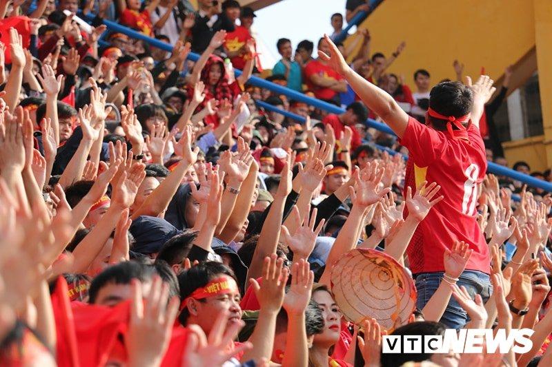 Anh: Rung nguoi 'ruc lua' trong san van dong Hang Day co vu U23 Viet Nam hinh anh 9