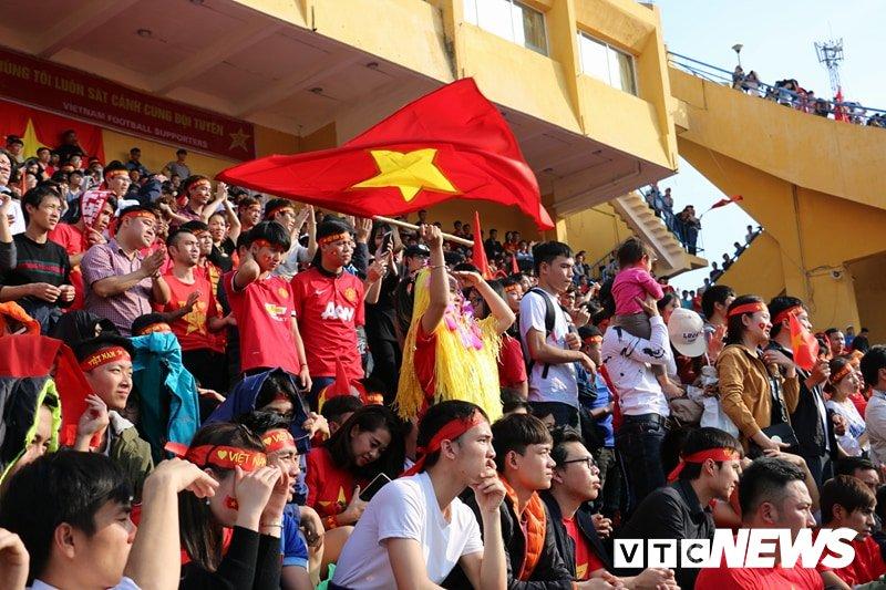 Anh: Rung nguoi 'ruc lua' trong san van dong Hang Day co vu U23 Viet Nam hinh anh 8