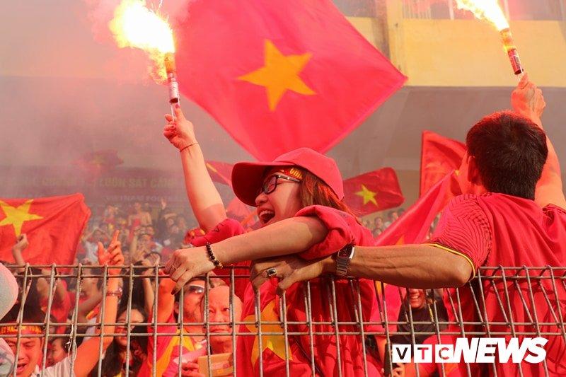 Anh: Nguoi ham mo vo oa khi U23 Viet Nam ghi ban go hoa 2-2 hinh anh 12