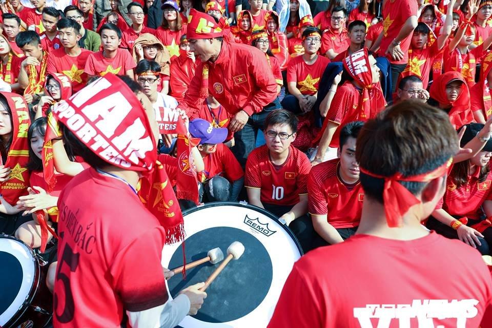 Anh: Rung nguoi 'ruc lua' trong san van dong Hang Day co vu U23 Viet Nam hinh anh 6