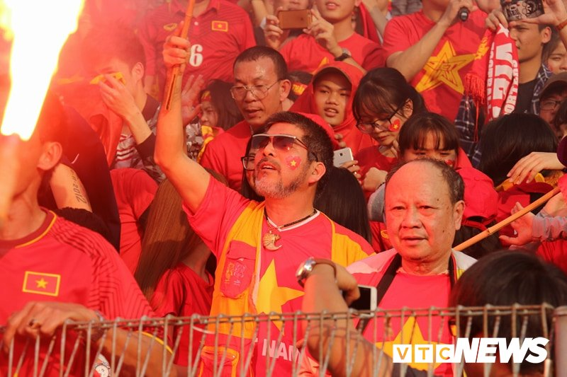 Anh: Nguoi ham mo vo oa khi U23 Viet Nam ghi ban go hoa 2-2 hinh anh 13