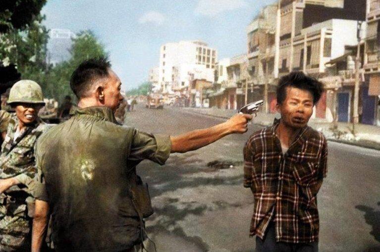 Buc anh gay soc 'Hanh quyet tai Sai Gon': Sat nhan Nguyen Ngoc Loan nhan gi cho vo chien sy biet dong bi ban? hinh anh 1