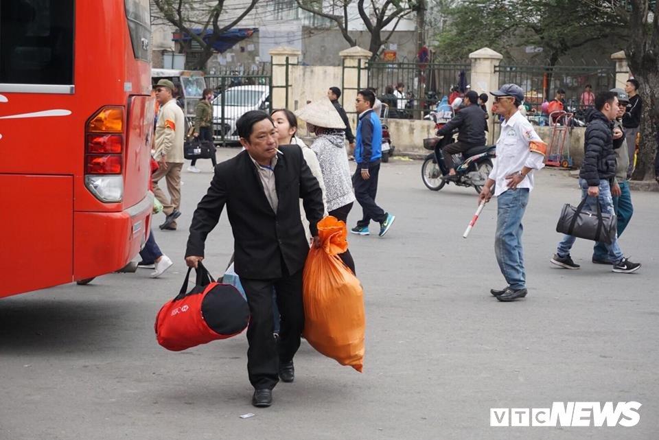 Giao thong Ha Noi 'tang nhiet' ngay cuoi ky nghi Tet Nguyen dan hinh anh 1