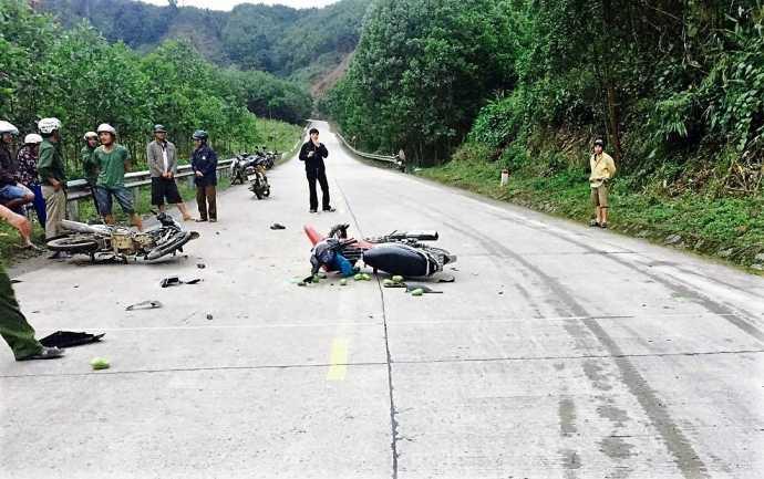 2 xe may doi dau tren duong Ho Chi Minh, 3 nguoi thuong vong hinh anh 1