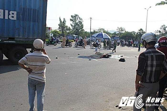 Xe may va cham container, 2 nguoi thuong vong hinh anh 1
