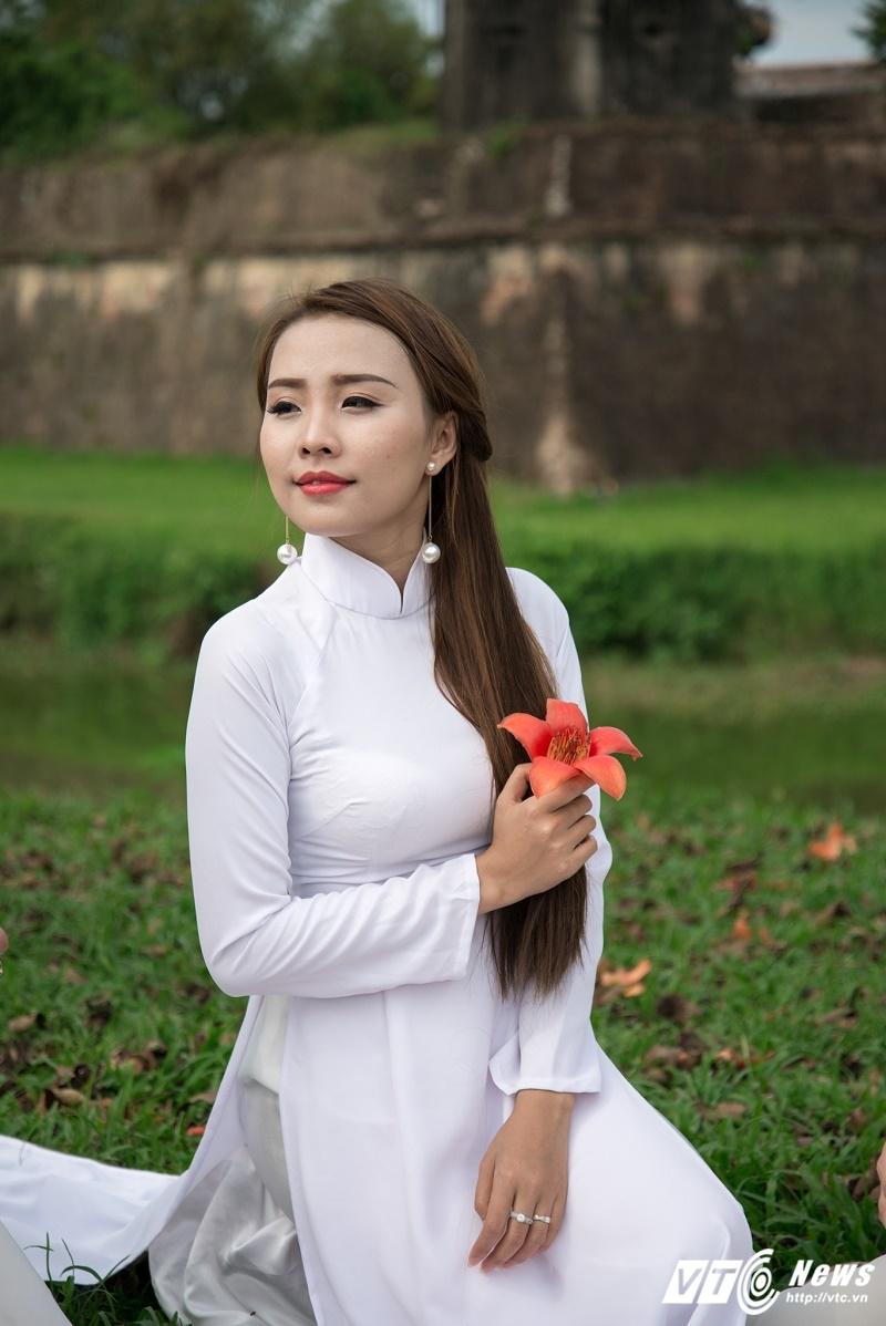 Anh: Ngam thieu nu Hue thuot tha ao dai ben hoa gao thang 3 hinh anh 9