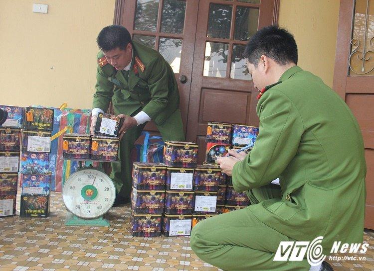 Thu giu gan 1 ta phao hoa o bai dat trong khu bien gioi Viet – Lao hinh anh 1
