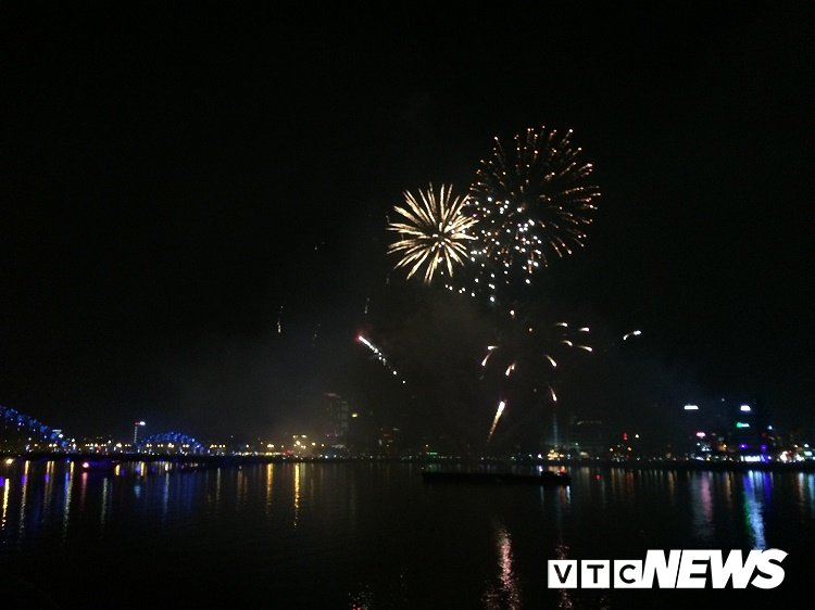 Bau troi Da Nang ruc sang phao hoa chao nam moi 2018 hinh anh 5