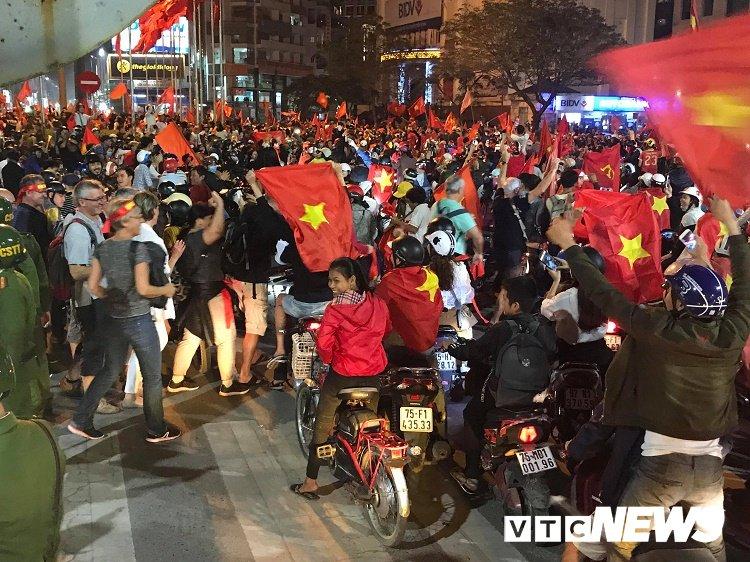 Anh: Dan Hue - Da Nang do ra duong mung chien thang chan dong cua U23 Viet Nam hinh anh 15