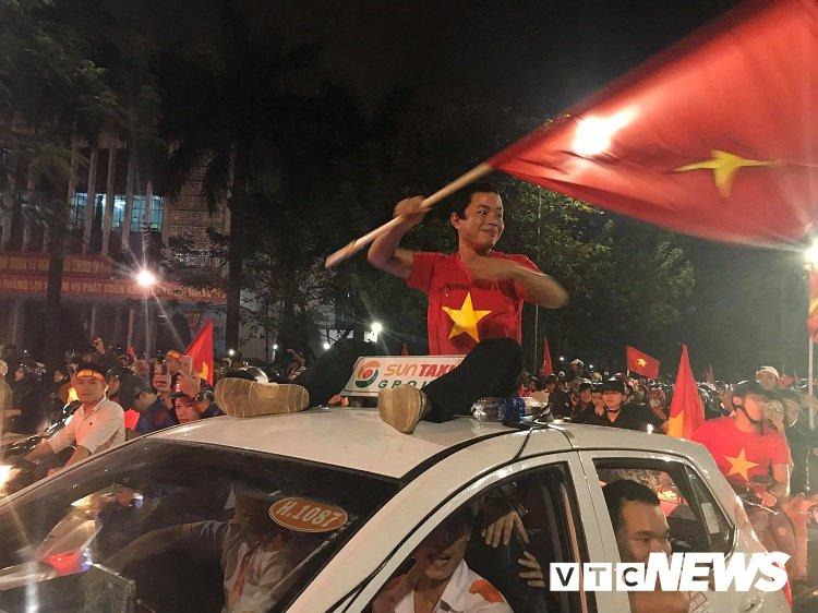 Anh: Dan Hue - Da Nang do ra duong mung chien thang chan dong cua U23 Viet Nam hinh anh 9