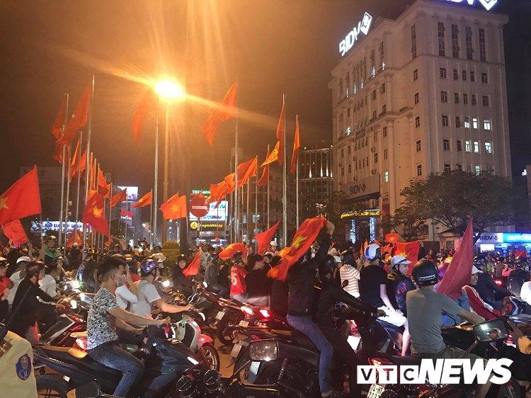 Anh: Dan Hue - Da Nang do ra duong mung chien thang chan dong cua U23 Viet Nam hinh anh 5
