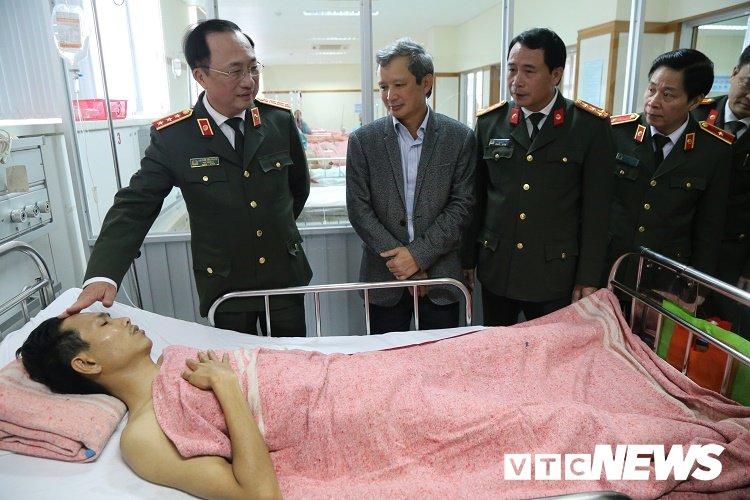 Thu truong Bo Cong an tham can bo CSGT bi 'xe dien' tong khi dang xu ly tai nan hinh anh 1