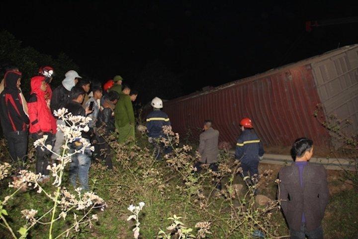 Container trong tai 50 tan lat tren quoc lo de chet 2 phu nu di bo hinh anh 1