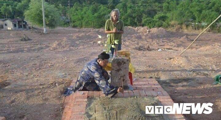 Mo vo vua Tu Duc bi san phang lam bai dau xe: Nguyen Phuoc toc phan doi di doi hinh anh 1