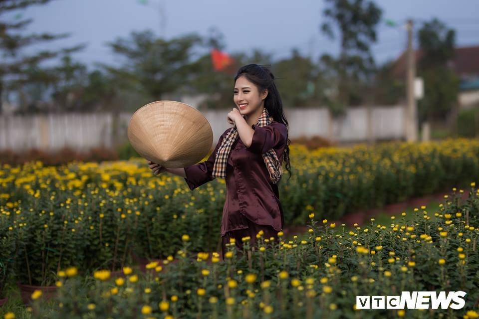 Anh: Ngam nu sinh xu Hue dep mo mang ben hoa cuc Tet hinh anh 1