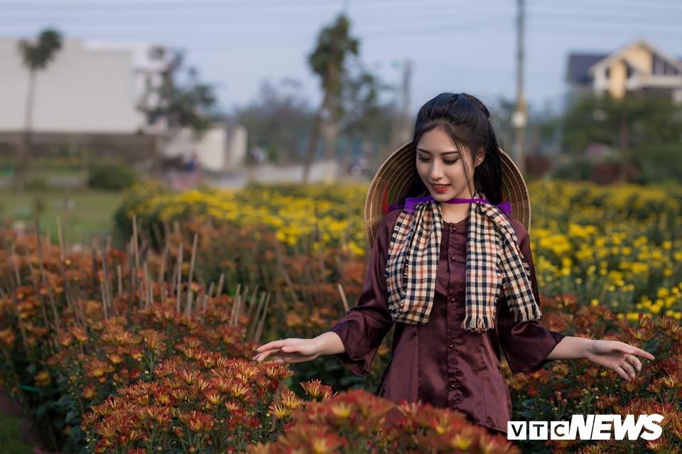 Anh: Ngam nu sinh xu Hue dep mo mang ben hoa cuc Tet hinh anh 2