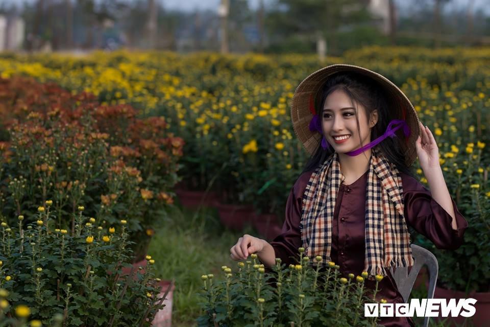 Anh: Ngam nu sinh xu Hue dep mo mang ben hoa cuc Tet hinh anh 3